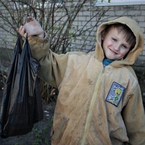 Kind mit Plastiktasche