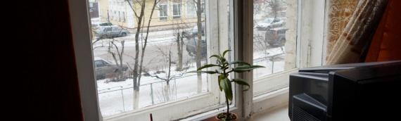 Ersatz von stark beschädigten Fenstern im Kinderheim von Porkhov