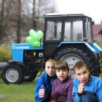 Ein neuer Traktor für das Kinderheim von Krasnogorodsk